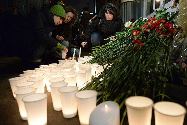 Люди у представительства Волгоградской области в Москве во время акции в память о жертвах терактов в Волгограде.