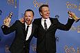 """Аарон Пол и Брайан Крэнстон празднуют признание сериала """"Во все тяжкие"""" лучшей телевизионной драмой 2013 года."""