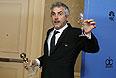 """Альфонсо Куарон с бокалом шампанского и """"глобусом"""" лучшему режиссеру, полученным за фильм """"Гравитация""""."""