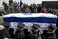 """Бывший глава израильского правительства скончался в субботу в возрасте 85 лет в израильской больнице """"Шеба"""". Он находился в коме с 2006 года после того, как перенес инсульт. 1 января его состояние значительно ухудшилось."""