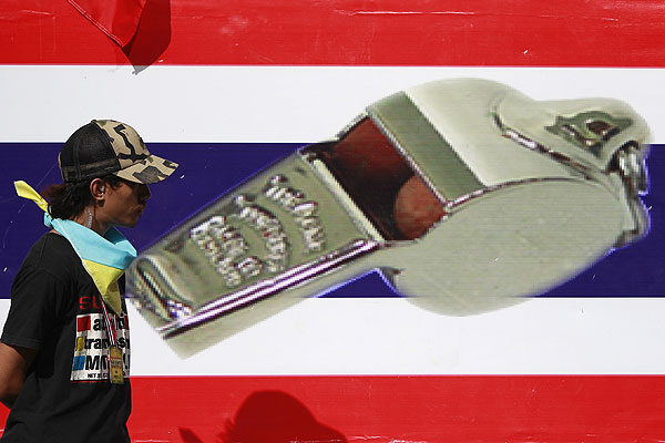 Антиправительственные демонстранты в Бангкоке накануне пригрозили похитить премьер-министра Йинглак Чинават и добиться закрытия всех правительственных учреждений. Антиправительственные вступления в Бангкоке начались в конце минувшего года.