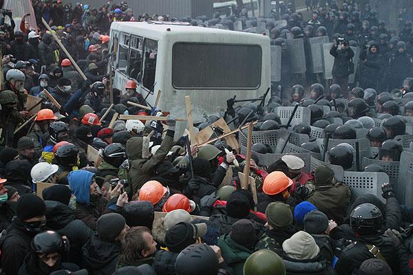 В результате столкновений пострадали десятки человек.