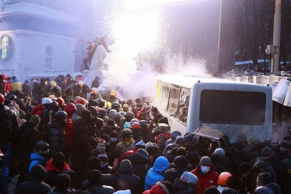 Беспорядки в Киеве начались после митинга на майдане Незалежности, посвященного принятым на минувшей неделе законам, ограничивающим гражданские свободы в стране.
