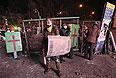 Некоторые протестующие пришли на улицу Грушевского основательно подготовленными.