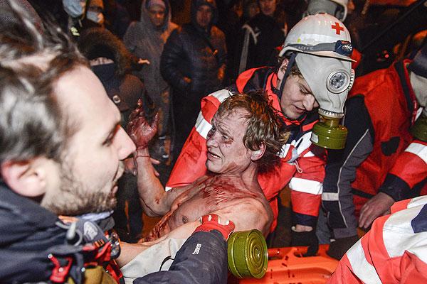 Около 19:00 украинская милиция начала применять против протестующих светошумовые гранаты, слезоточивый газ и даже водомет.