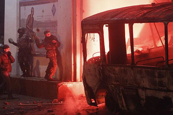 В ходе столкновений в центре Киева сгорела милицейская спецтехника.