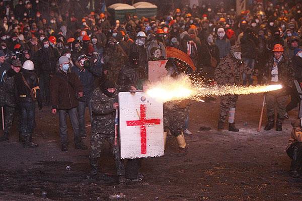 Первые стычки с милицией начались около 16:00 в воскресенье. Митингующие попытались штурмом взять кордон милиции на улице Грушевского, у кого-то в руках были палки. В обе стороны полетели дымовые шашки.