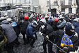 Протестующие на баррикадах.