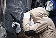 На фото двое участников киевских протестов: на одном - противогаз, в руках у другого - пневматический пистолет.