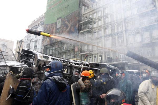 У сторонников ероинтеграции на улицах Киева в ход идут даже пиротехнические ракеты.