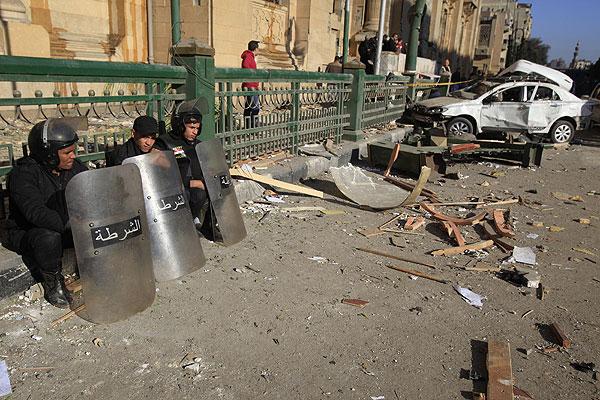 Полицейские сидят возле здания Музея исламского искусства, возле которого впрогремел взрыв.