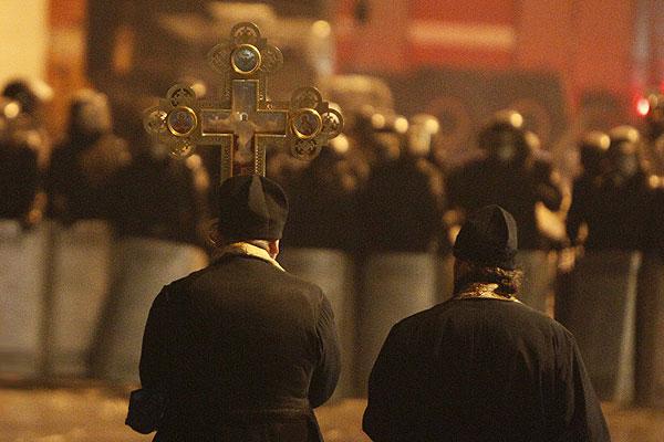 Священники с крестами выступили против сотрудников органов внутренних дел на одной из улиц Киева.