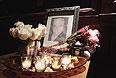 Портрет погибшего актера возле его квартиры.