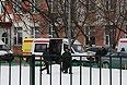 Машины скорой помощи возле московской школы №263, где в результате стрельбы погибли два человека.