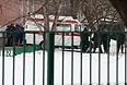 Машины скорой помощи и вертолет МЧС России возле московской школы №263.
