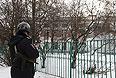 Сотрудник полиции возле московской школы №263, куда проник вооруженный старшеклассник.