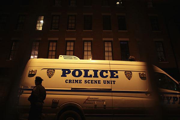 Машина полиции возле дома погибшего актера.