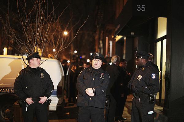 Полицейские возле дома погибшего актера.