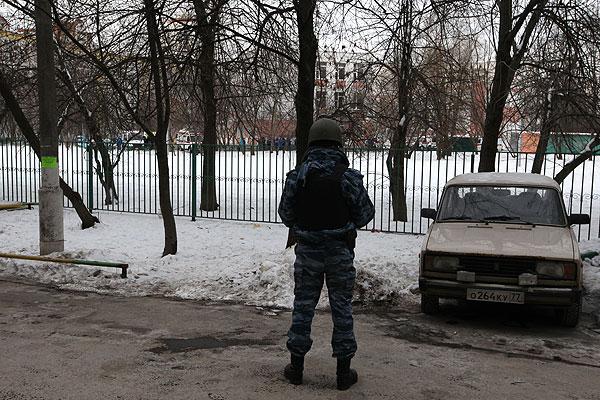 Сотрудник полиции возле московской школы №263.