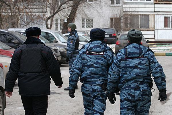Сотрудники полиции возле московской школы №263.