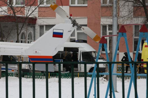 Машины скорой помощи и вертолет МЧС возле школы №263.