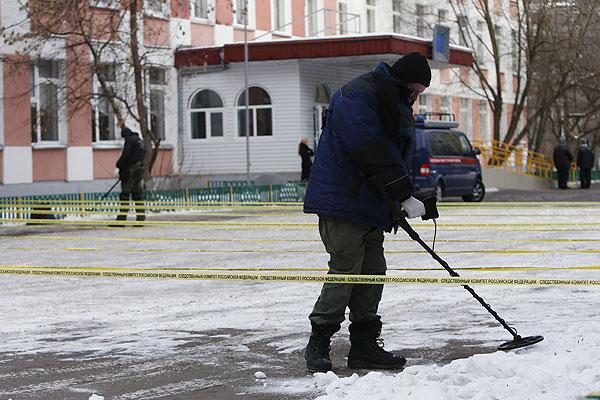 Работа сотрудников полиции возле московской школы №263 где произошла стрельба.