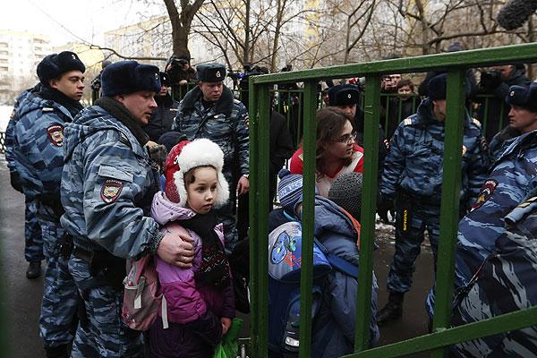 Сотрудники полиции выводят детей из московской школы №263.