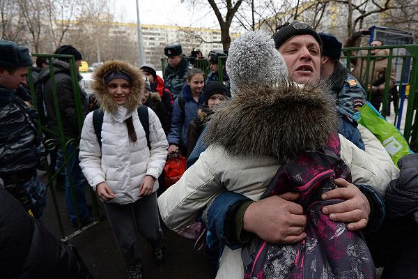 Учащиеся московской школы №263, где открыл стрельбу старшеклассник.