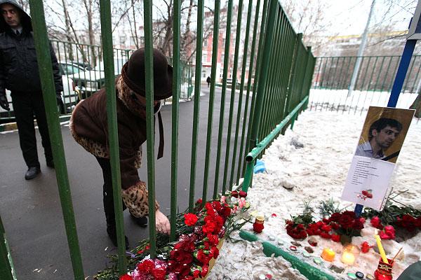 Женщина возлагает цветы у московской школы № 263, в которой 3 февраля ученик этой школы захватил заложников и убил двух человек.