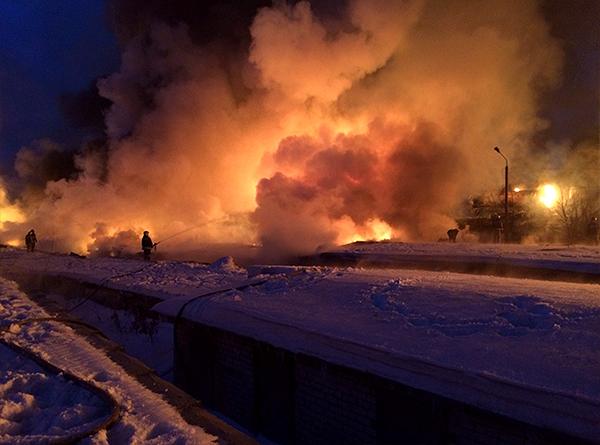 Пожарные ликвидировали открытое горение на железной дороге в Кирове.