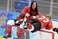 Слева направо: Натали Спунер и Хейли Виккенхайзер (Канада) во время фотосессии женской сборной Канады по хоккею перед началом XXII зимних Олимпийских игр в Сочи.
