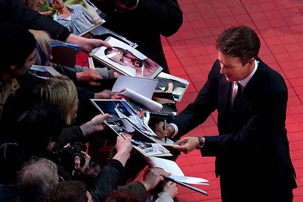"""Эдвард Нортон раздает автографы перед показом фильма """"Отель """"Гранд Будапешт""""."""
