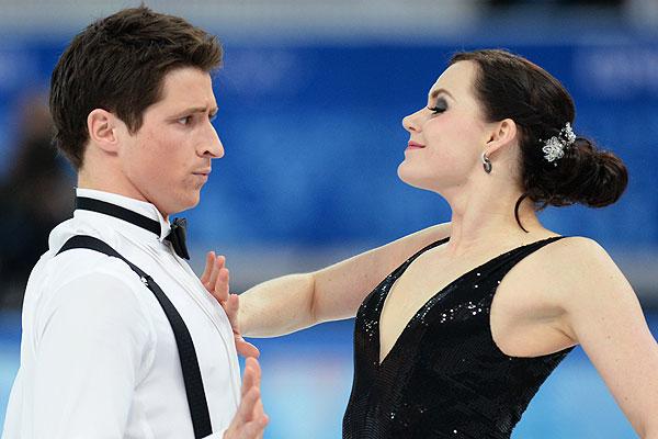 Тесса Вирчу и Скотт Мойр (Канада) выступают в короткой программе танцев командных соревнований по фигурному катанию на XXII зимних Олимпийских играх в Сочи.