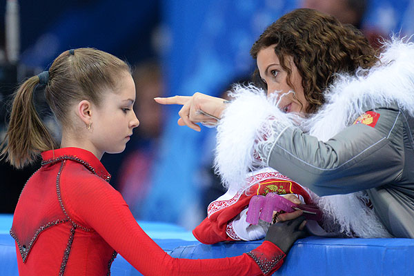 Юлия Липницкая (Россия) перед выступлением в произвольной программе женского одиночного катания командных соревнований по фигурному катанию на XXII зимних Олимпийских играх в Сочи.