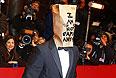 """Шайа ЛаБаф с бумажным пакетом на голове перед показом режиссерской версии первой части """"Нимфоманки"""" Ларса фон Триера."""
