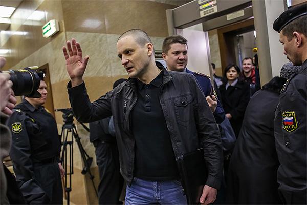 Сергей Удальцов общается с прессой в Мосгорсуде.