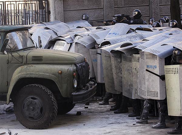 Захваченный манифестантами грузовик пытается продавить милицейское оцепление