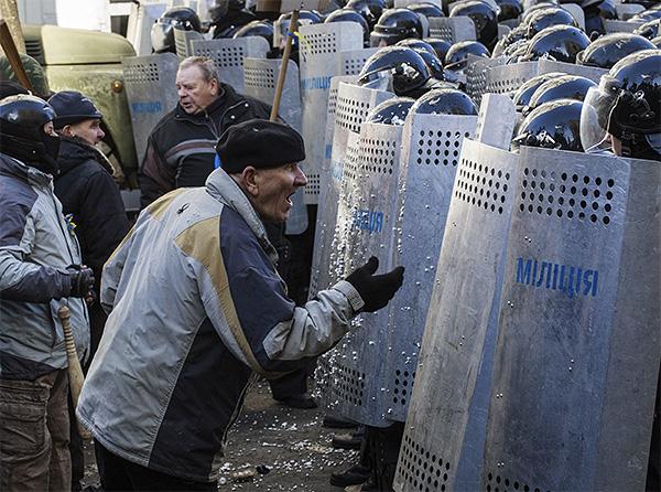 Правоохранительные органы выставили перед митингующими оцепление военнослужащих внутренних войск.