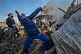 Самооборона Майдана бросает камни в сторону милиции.