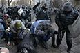 Обстановка в центре Киева накалена - манифестанты подожгли перекрывший Крещатик БТР, силовики применили водомет против протестующих на Институтской улице.