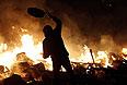 Протестующие на баррикадах, охваченных огнем.