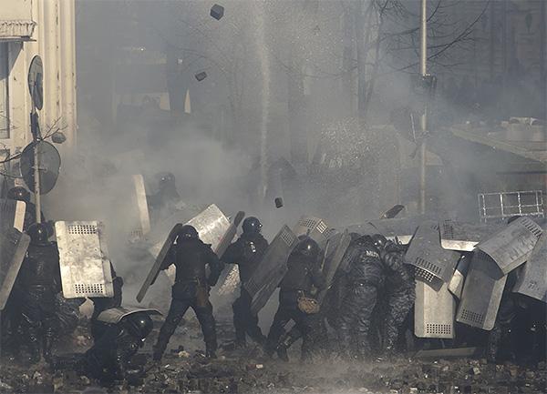 Во вторник в центре Киева снова начались столкновения протестующих с органами правопорядка.