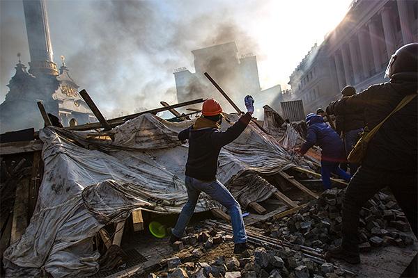 В ночь на среду в расположенном на майдане Незалежности Доме профсоюзов, где находился штаб оппозиции, вспыхнул пожар. Из здания были эвакуированы три десятка человек. В результате  пожара в здании обрушились перекрытия.