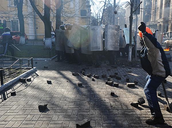 Протестующие говорят, что силовики проломили баррикаду со стороны Европейской площади.