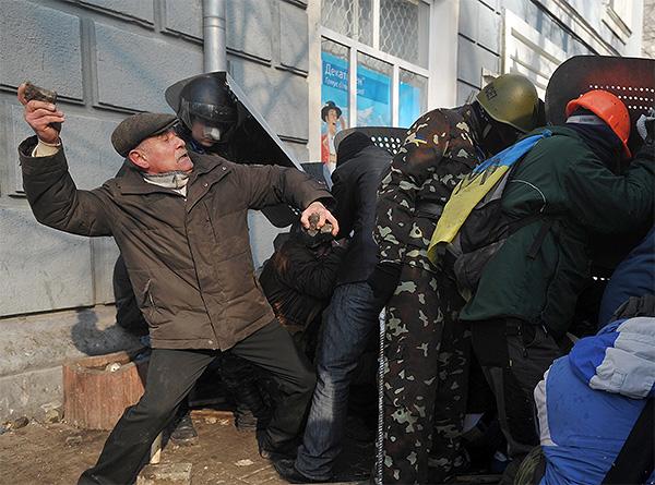 Ряд СМИ сообщают, что во время штурма на майдане Независимости вечером во вторник погиб активист.