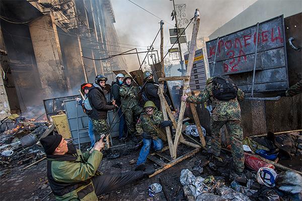 Митингующие обстреливают позиции милиции и внутренних войск.
