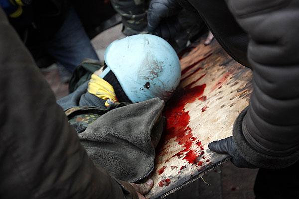 """И. о министра внутренних дел Украины Виталий Захарченко заявляет, что правоохранителям выдано боевое оружие, которое будет применяться в соответствии с законом """"О милиции""""."""
