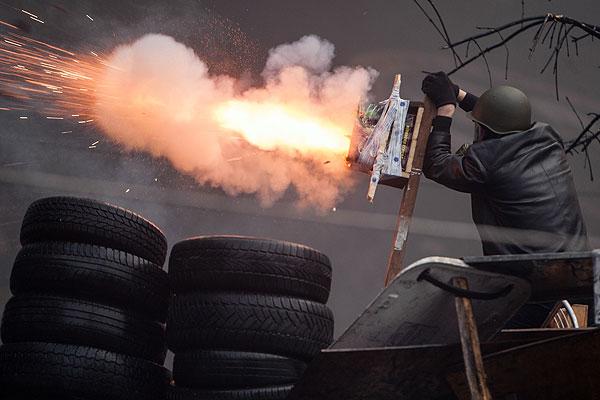 """Протестующие в социальных сетях пишут, что на Майдан требуются сварщики, а """"также болгарки с дисками по металлу и толстые листы металла для изготовления щитов и баррикад""""."""