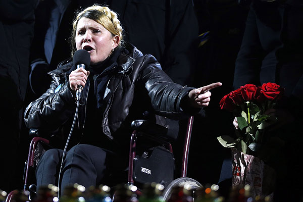 """Бывшая глава правительства Украины Юлия Тимошенко, отбывавшая семилетний срок по так называемому """"газовому делу"""", вышла на свободу из больницы в Харькове и приехала в Киев, где выступила перед участниками акции протеста майдане Незалежности."""