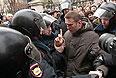 Сотрудники полиции задерживают политика Алексея Навального у здания Замоскворецкого суда Москвы, где ожидается вынесение приговора по так называемому болотному делу о беспорядках на Болотной площади 6 мая 2012 года.